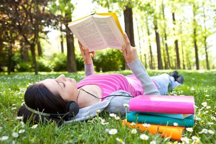 Im Park ein Buch lesen